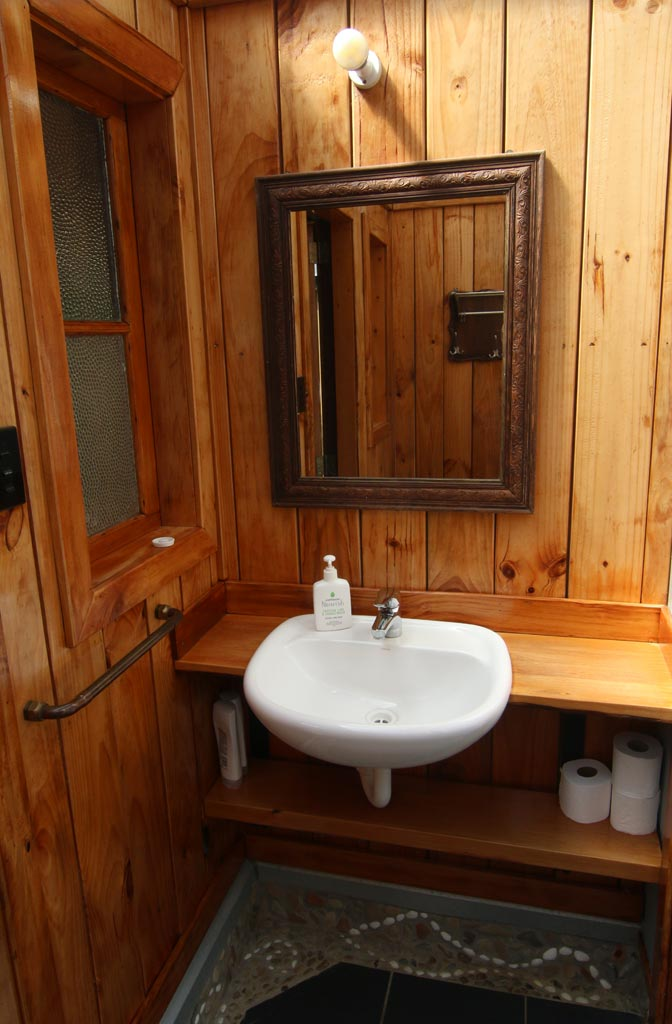Shared Guest Bathroom On The Track Lodge Nydia Bay